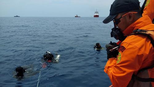 Các thợ lặn tham gia hoạt động tìm kiếm tại hiện trường máy bay của Lion Air đâm xuống biển sáng nay. Ảnh: Reuters.
