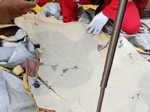 Một mảnh vỡ của chiếc Boeing 737 MAX được tìm thấy. Ảnh: Reuters.