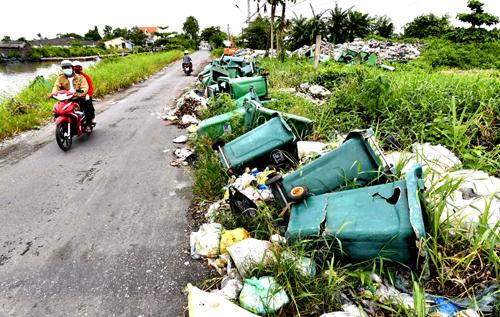 Rác được đổ ra ven tuyến đường liên huyện ở Cái Nước. Ảnh: Hoàng Hạnh.