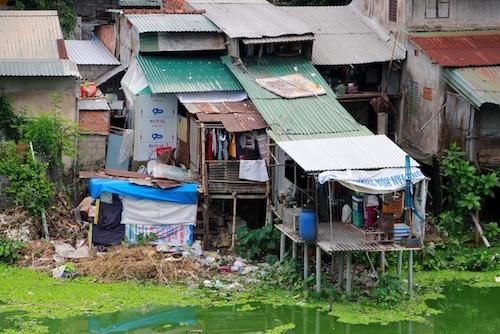 Cảnh sống tạm bợ của người dân ở khu vực di tích Kinh thành Huế. Ảnh: VõThạnh