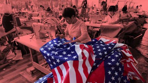 Công nhân may cờ Mỹ tại một nhà máy ở Trung Quốc. Ảnh: Reuters.