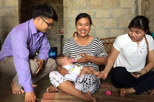Bé trai ba tháng tuổi tạm giao cho gia đình anh Bình chăm sóc. Ảnh: Quang Hà