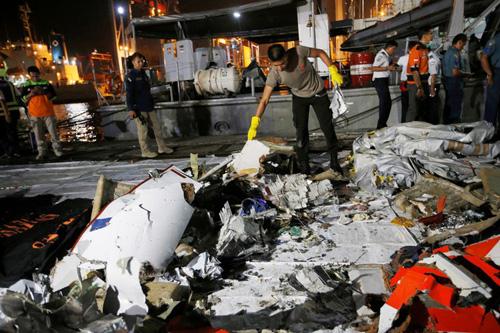 Cảnh sát Indonesia phân loại mảnh vỡ thu thập được từ hiện trường máy bay Lion Air gặp nạn trên biển Java hôm 29/10. Ảnh: Reuters.