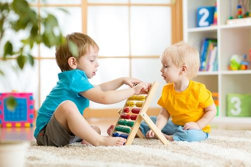 Trẻ học toán thông qua trò chơi. Ảnh: The Childrens Courtyard