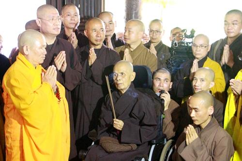 Thiền sư Thích Nhất Hạnh đảnh lễ trước chánh điẹnchùa Từ Hiếu. Ảnh: Võ Thạnh