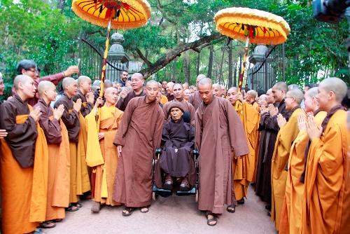 Thiền sư Thích Nhất Hạnh trở về chùa Từ Hiếu chiều ngày 28/10. Ảnh: Võ Thạnh