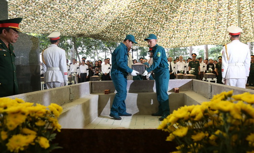 13 liệt sĩ được chôn cất tập thể trong một huyệt mộ chung. Ảnh: Phước Tuấn