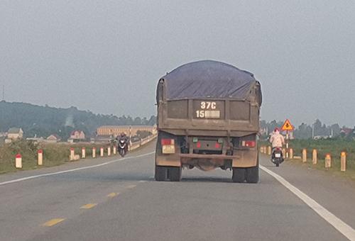Một xe chở vật liệu trên đường N5. Ảnh: Nguyễn Hải.