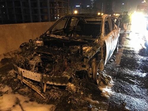 Chiếc xe cháy rụi trong vòng30 phút. Ảnh: G.C