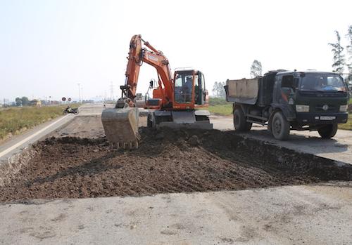 Đoạn đường N5 nơi đang được sửa chữa ngày 31/10. Ảnh: Nguyễn Hải.