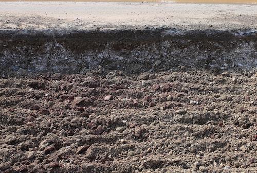 Mặt đường bị múc sâu khoảng 50 cm để làm lại. Ảnh: Nguyễn Hải.