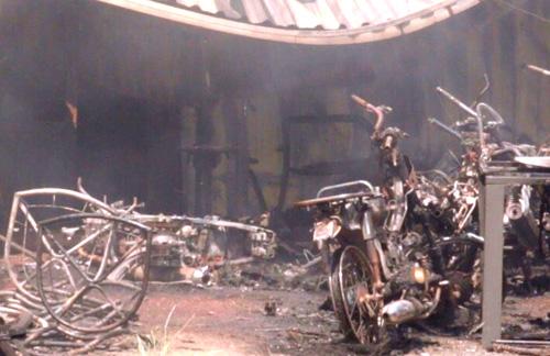 Nhiều xe máy của công nhân bị cháy trơ khung