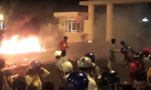 Vụ gây rối tối 10/6 trước trụ sở UBND Bình Thuận. Ảnh: Tư Huynh.