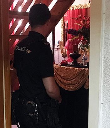 Cảnh sát Tây Ban Nha tại căn hộ mà 15 người chuyển giới bị nhốt và ép bán dâm ở Murcia. Ảnh: AFP