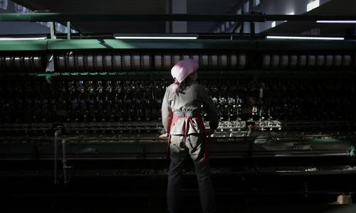 Một phụ nữ làm việc trong nhà máy tại Bình Nhưỡng, Triều Tiên. Ảnh: AP.