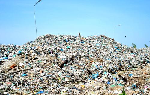 Rác tại các bãi tập kết rác tạm trên địa bàn tỉnh bốc mùi hôi thối khiến người dân phản ứng. Ảnh: Hoàng Hạnh.
