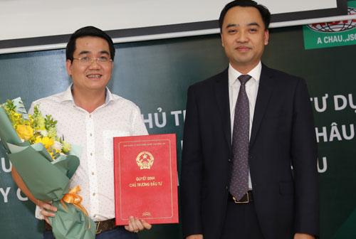 TS Nguyễn Văn Cường, Phó trưởng Ban quản lý Khu Công nghệ cao Hòa Lạc(bìa phải) trao chứng nhận cho nhà đầu tư. Ảnh:T.Mạnh.