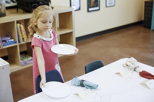 10 việc trẻ nên tự làm theo phương pháp Montessori