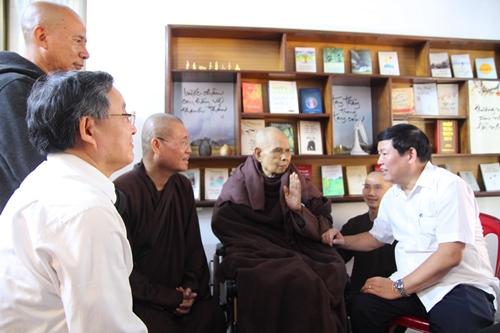 Thiền sư Thích Nhất Hạnh chắp tay đáp lễ. Ảnh: Võ Thạnh