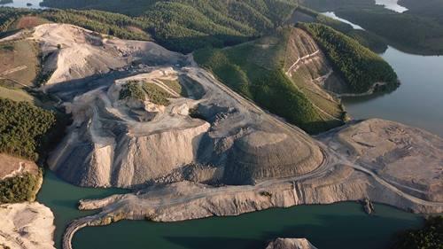 Hàng chục ha đất rừng bị bạt trắng phát lộ thấy than bên dưới. Ảnh: Minh Cương