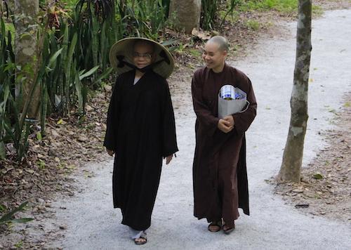 Các Phật tử hành hương về nơi thầy Thích Nhất Hạnh tịnh dưỡng. Ảnh: Ngọc Thạnh.