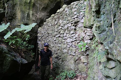 Cửa vào hang Vàng được xây bức tường đá kiên cố để ngăn bom đạn công phá. Ảnh: Hoàng Táo