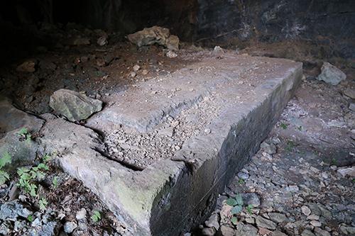 Nền bê tông bên trong hang Xưởng Rượu. Ảnh:Hoàng Táo