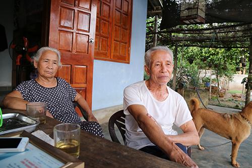 Bà Liệu và ông Hoán quen nhau khi cùng làm công nhân dưới hang Xưởng Rượu.Ảnh:Hoàng Táo