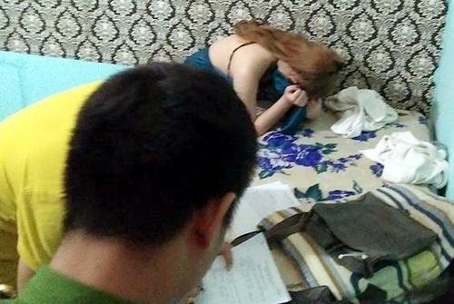 Công an lập biên bản cô gái bán dâm tại phòng vip 3 của cơ sở massage. Ảnh: Thái Hà