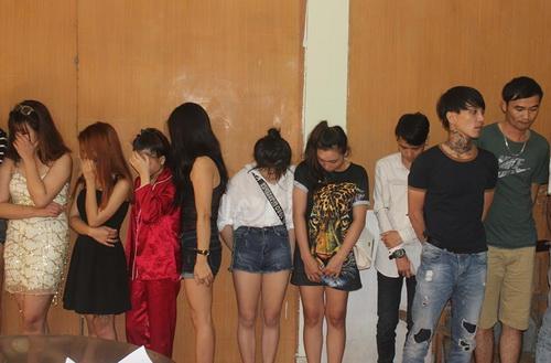 Nhóm thanh niên bị phát hiện tại quán karaoke sáng nay. Ảnh: Thái Hà