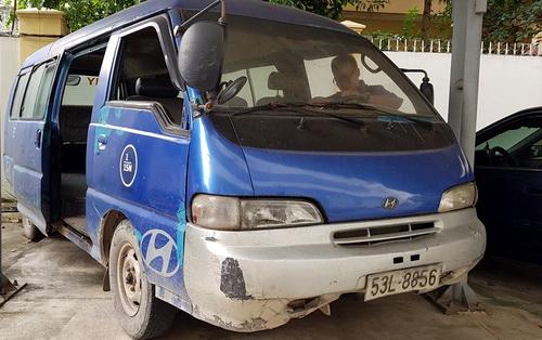Một xe đưa đón học sinh hết niên hạn sử dụng bị tịch thu, đang chờ tiêu hủy. Ảnh: Phước Tuấn