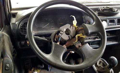 Nhiều trang thiết bị trong xe hư hỏng nặng nhưng tài xế vẫn sử dụng chở học sinh. Ảnh: Phước Tuấn