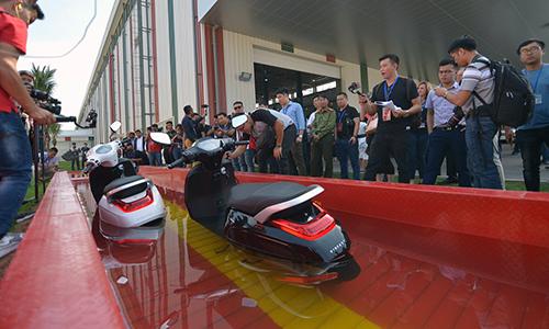 Thử khả năng chịu nước của xe điện Klara ở độ xâu 500 mm trong 30 phút.
