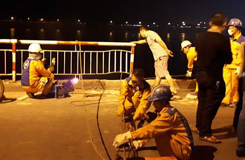 22h30 ngày 3/11, các công nhân đang hàn thành cầu. Ảnh: Bá Đô