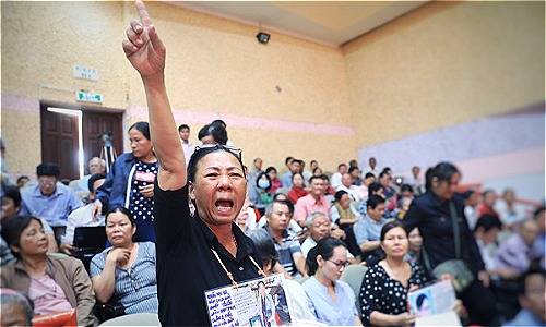 Nhiều hộ dân Thủ Thiêm tiếp tục gửi đơn kiến nghị, khiếu nại đến UBND quận 2. Ảnh: Hữu Khoa
