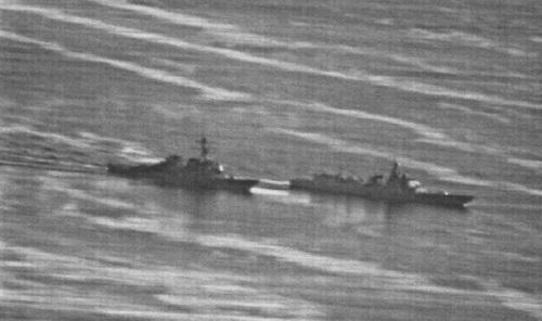 Chiến hạm Type 052C Trung Quốc (phải) áp sát khu trục USS Decatur Mỹ tại Trường Sa hồi tháng 9. Ảnh: US Navy.
