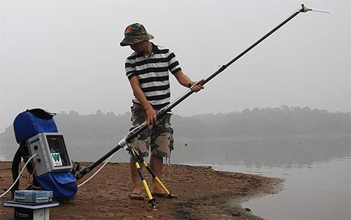 Cán bộ thử nghiệm bộ công cụ tìm kiếm gene rùa Hoàn Kiếm ngoài môi trường tự nhiên tại hồ Đồng Mô tháng 5/2018. Ảnh: WCS.