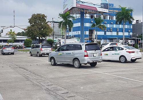 Taxi truyền thống chủ động rời bãi đỗ trong khu vực sân bay để phản đối xe dù và Grab. Ảnh: N.T.