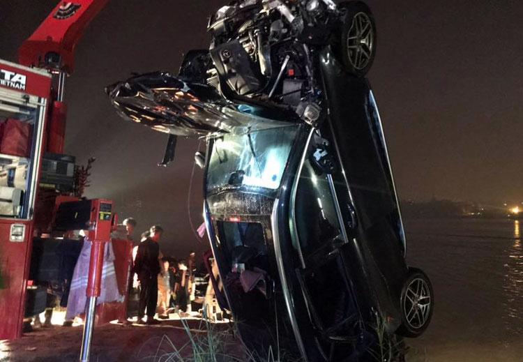 Cô gái 21 tuổi cầm lái chiếc Mercedes rơi xuống sông Hồng