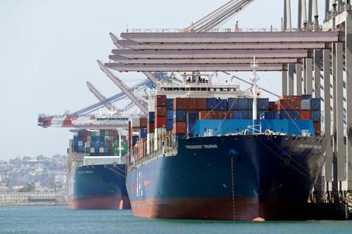 Tàu chở hàng nhập khẩu tại cảng Long Beach, California, Mỹ. Ảnh: AP.