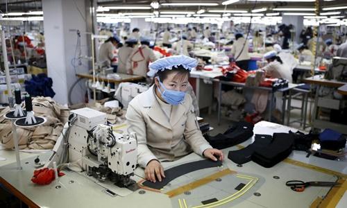 Một nữ công nhân làm việc trong nhà máy dệt may của Triều Tiên. Ảnh: Reuters.