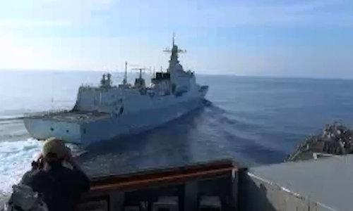 Chiếc Lan Châu áp sát mũi tàu USS Decatur hôm 30/9. Ảnh: Bộ Quốc phòng Anh.