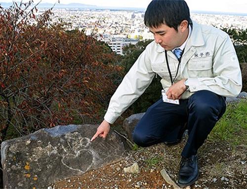Một trong các phiến đá thuộc Thành cổ Yonago, Nhật Bản bị viết, vẽ bậy. Ảnh: Asahi