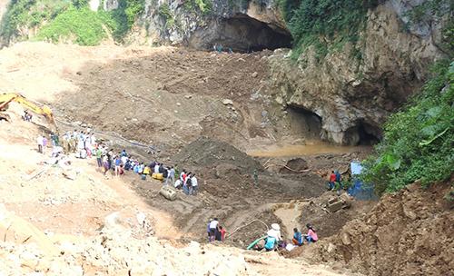 Hoà Bình huy động hơn 100 người cứu hộ hai phu vàng mắc kẹt trong hang