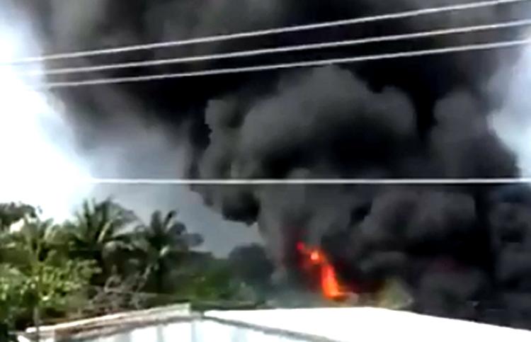 Người dân tháo chạy khi kho vật liệu ở Cà Mau cháy ngùn ngụt