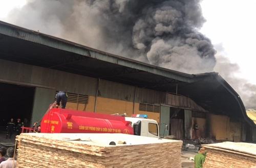 Nhà xưởng rộng 1500m2 ở Hưng Yên bị cháy. Ảnh: Minh Tuấn