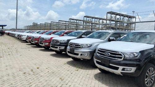 Lô xe nhập khẩu Thái Lan của Ford nằm tại cảng Việt Nam.