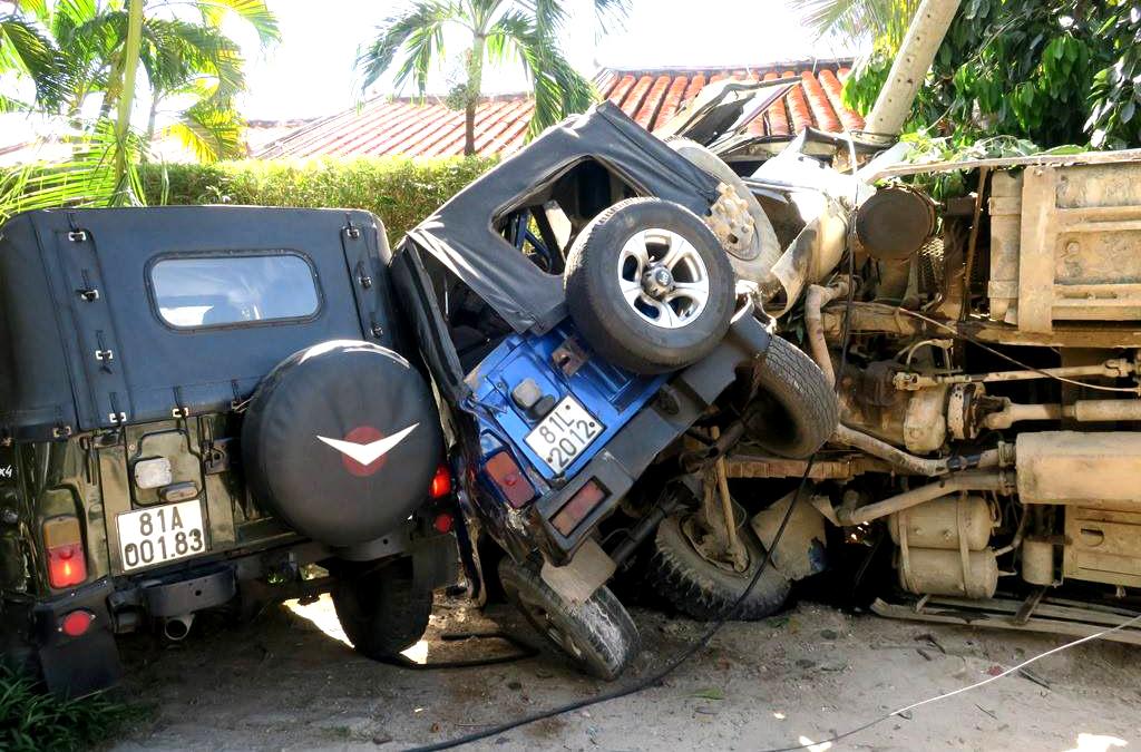 Giải cứu người đàn ông bị kẹt dưới xe ben ở Mũi Né