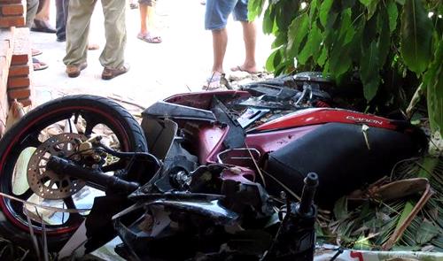 Xe máy của người đàn ông xe ôm bị xe ben đè hư hỏng. Ảnh: Tư Huynh.