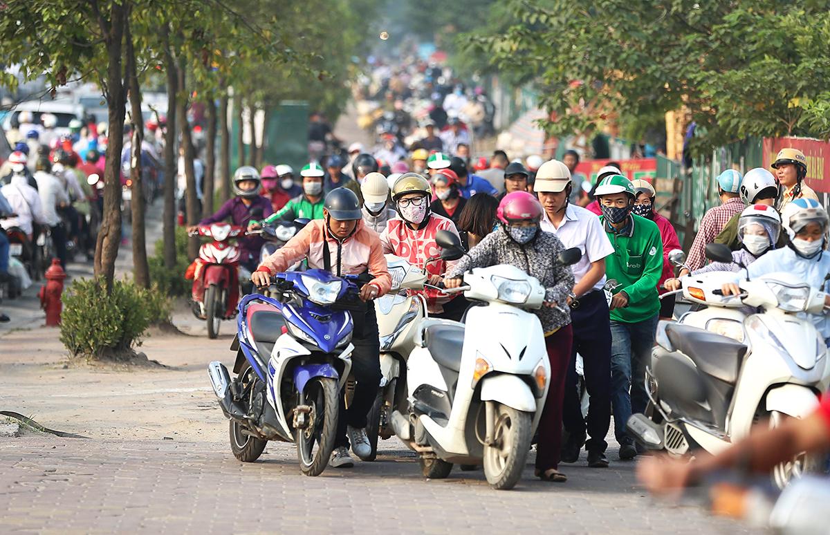 Người dân 'rồng rắn' dắt xe ngược chiều trên vỉa hè Hà Nội